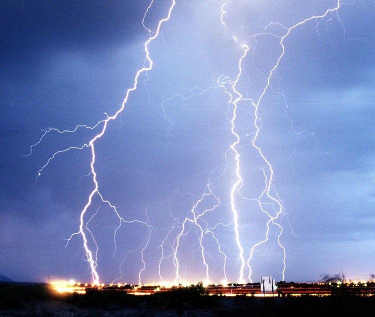 Blitze schlagen auf der Erde ein