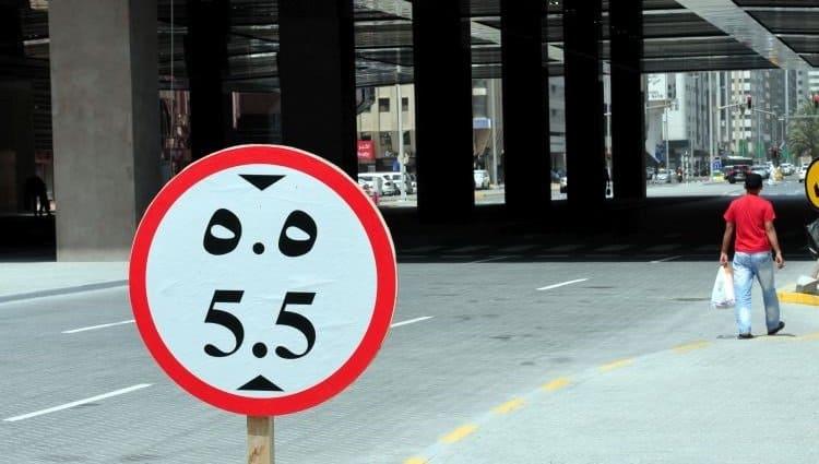 Angabe der Durchfahrtshöhe in Abu Dhabi. Unten die europäische Zahl